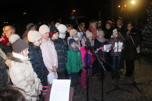 Vánoční trhy a zpívání u vánočního stromu
